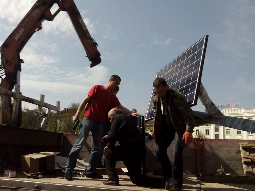 """У центрі Тернополя встановлюють """"сонячне дерево"""" для безкоштовної зарядки мобільних телефонів (Фото), фото-2"""
