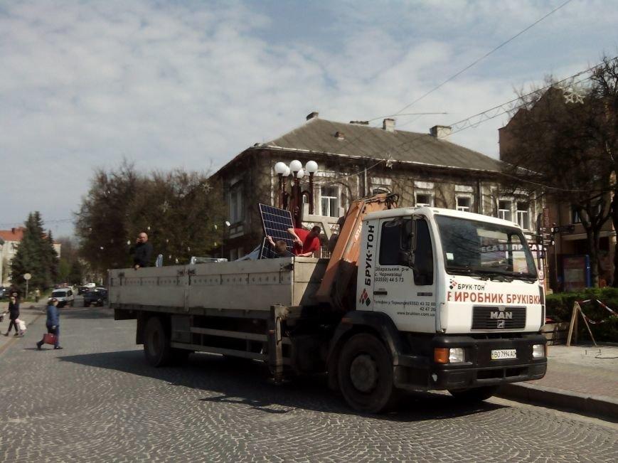 """У центрі Тернополя встановлюють """"сонячне дерево"""" для безкоштовної зарядки мобільних телефонів (Фото), фото-1"""