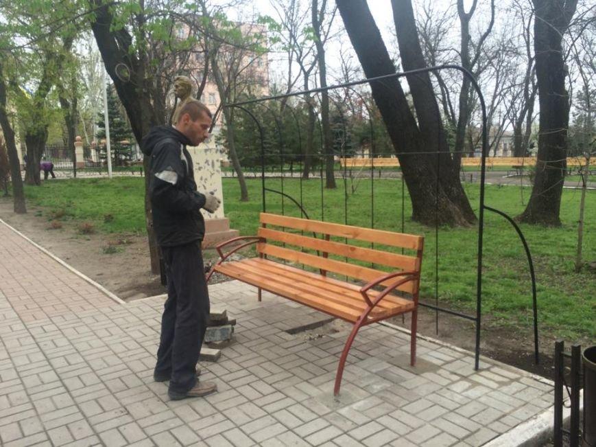 В Мариуполе Городской сад готовят к открытию: красят, белят и устанавливают новые лавочки (ФОТОРЕПОРТЖ, ВИДЕО), фото-5