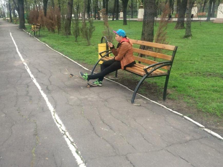 В Мариуполе Городской сад готовят к открытию: красят, белят и устанавливают новые лавочки (ФОТОРЕПОРТЖ, ВИДЕО), фото-12
