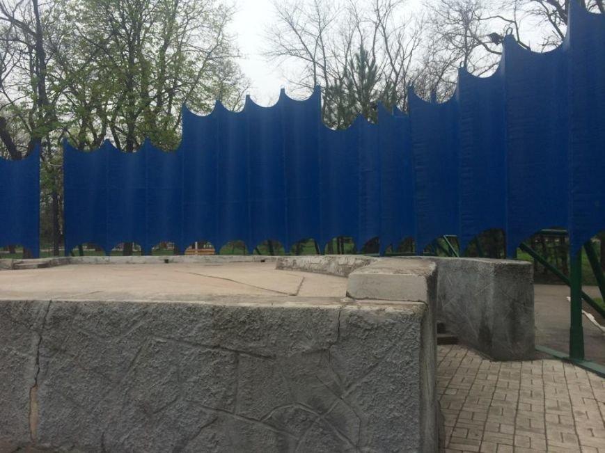 В Мариуполе Городской сад готовят к открытию: красят, белят и устанавливают новые лавочки (ФОТОРЕПОРТЖ, ВИДЕО), фото-4