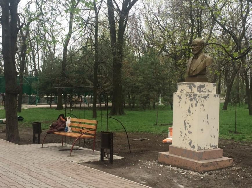 В Мариуполе Городской сад готовят к открытию: красят, белят и устанавливают новые лавочки (ФОТОРЕПОРТЖ, ВИДЕО), фото-1