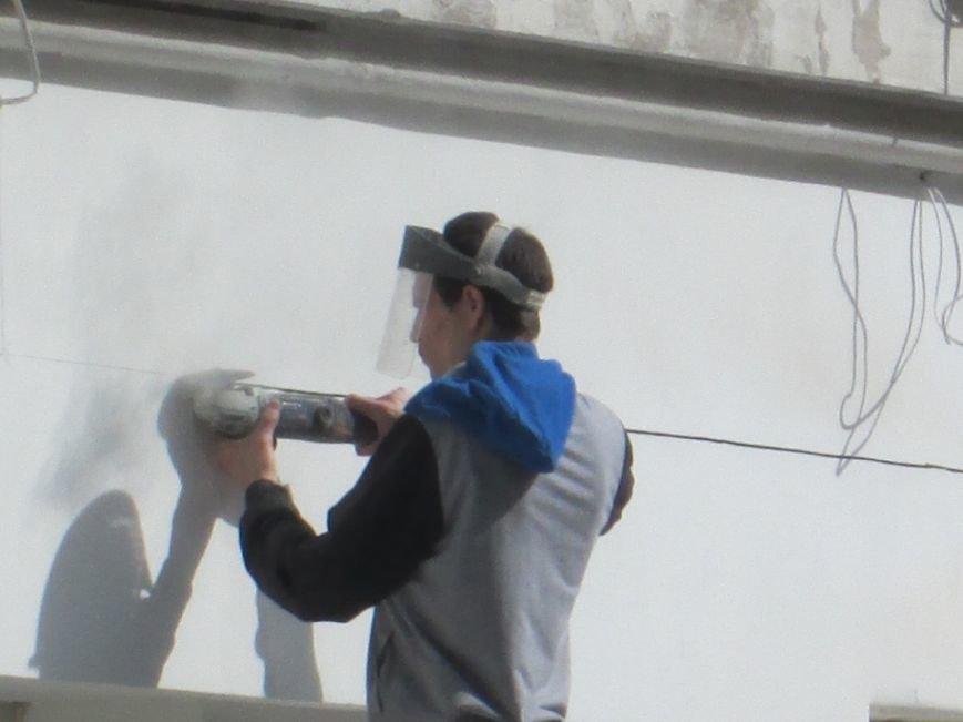 8820cc189715ed6713ffce7ee592c1c3 На одесской Греческой площади рабочие решили разделаться с фасадом