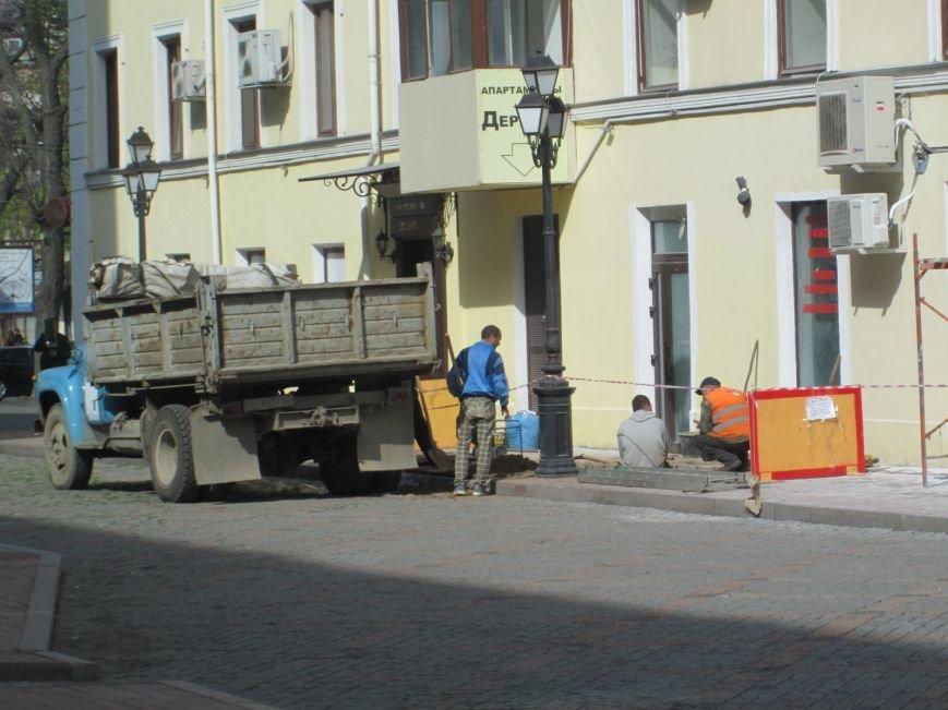 aec7282f87778e243a7f3db0ef4726d2 На одесской Греческой площади рабочие решили разделаться с фасадом