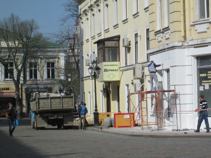 e4f210c56261a495efbf3b3865d8b3e6 На одесской Греческой площади рабочие решили разделаться с фасадом