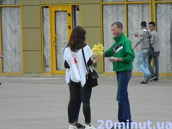 Тернополянам міряли тиск та дарували квіти (фото) (фото) - фото 1