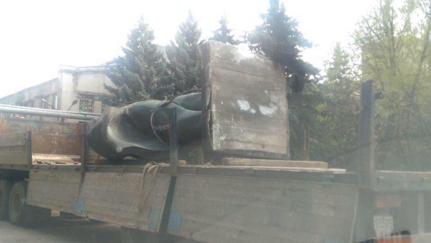 И снова Ленин. В Харькове на заводе Шевченко снесли Ильича (ФОТОФАКТ) (фото) - фото 1