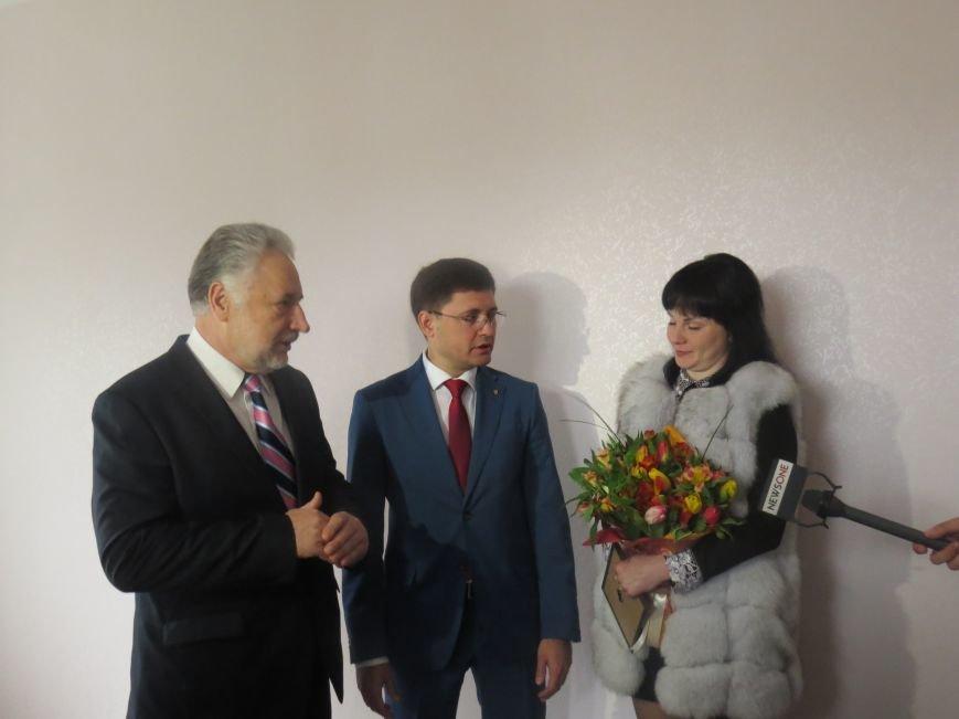 Губернатор Жебривский с мэром Мариуполя Бойченко вручили ключи от квартир женам погибших пограничников (ФОТО+ВИДЕО), фото-5