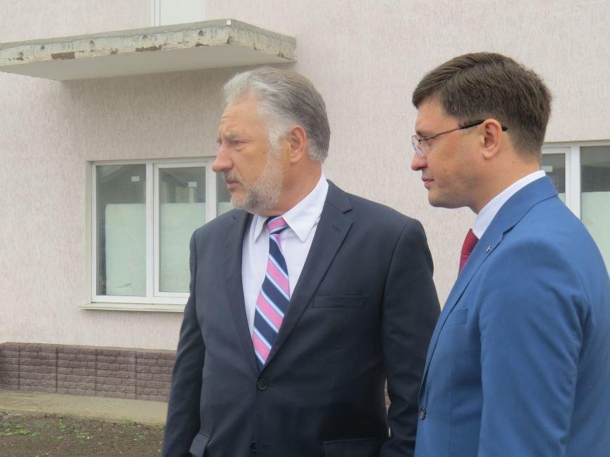 Губернатор Жебривский с мэром Мариуполя Бойченко вручили ключи от квартир женам погибших пограничников (ФОТО+ВИДЕО), фото-3