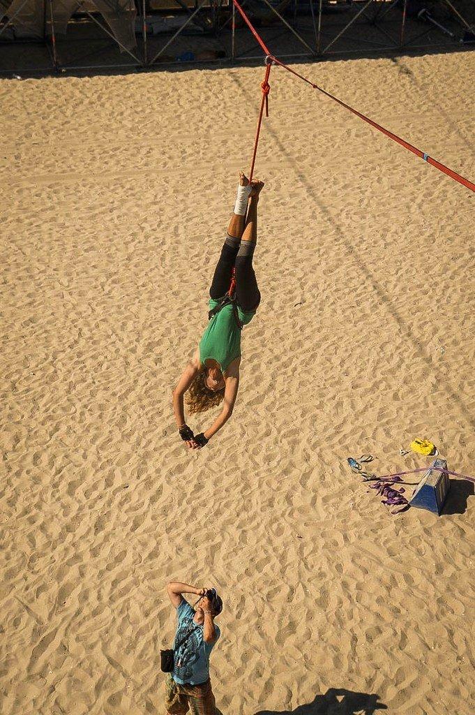 0c145358ee7f749a7b85bfd62ad512e6 Искусство самоконтроля: Одесситы в парках по канатам прыгают
