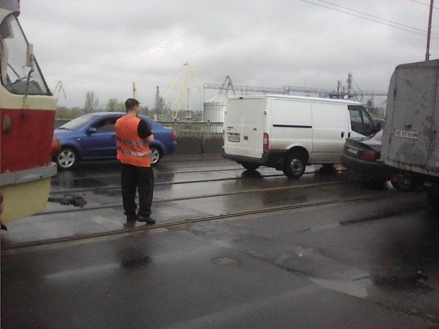 ДТП на Старом мосту: трамваи и троллейбусы стоят, образовалась пробка (ФОТО), фото-3