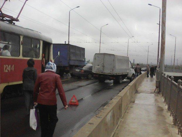 ДТП на Старом мосту: трамваи и троллейбусы стоят, образовалась пробка (ФОТО), фото-4
