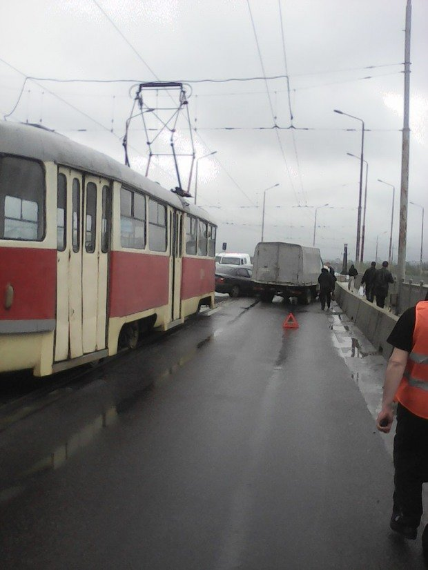 ДТП на Старом мосту: трамваи и троллейбусы стоят, образовалась пробка (ФОТО), фото-1