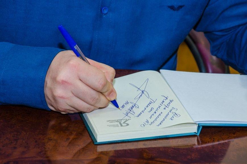 В Днепропетровске презентовали книгу известного блогера Павла Паштета  (ФОТО) (фото) - фото 2