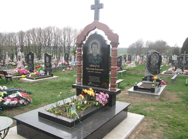 На Хмельниччині молодики зняли прапор з могили атошника, почепили його на мотоблок і хизувалися усім селом (Фото) (фото) - фото 1