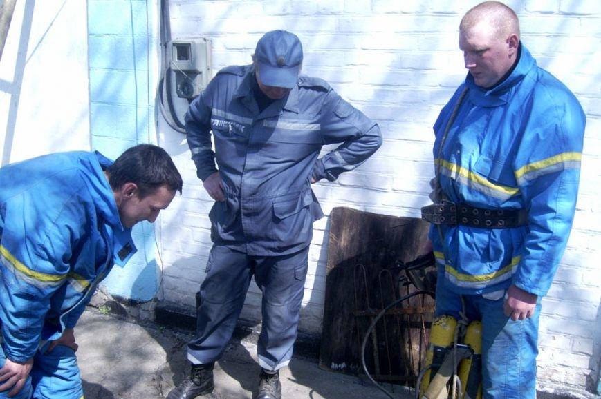 На Днепропетровщине из коллектора достали тело младенца, пролежавшее там 4 суток (ФОТО) (фото) - фото 1