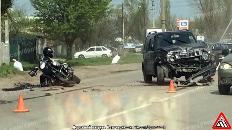 В серьезном ДТП в Новочеркасске столкнулись мотоцикл и внедорожник (фото) - фото 1