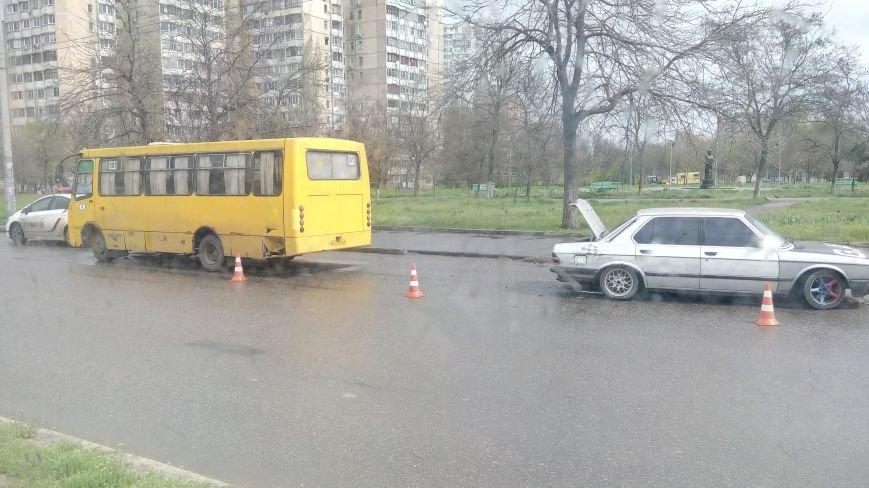 В Одессе на Таирова маршрутка попала в аварию (фото) - фото 1