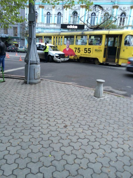 На площади Конституции иномарка врезалась в трамвай (ФОТО) (фото) - фото 1