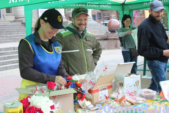 На Театральній площі Тернополя волонтери проводять ярмарок (фото) (фото) - фото 1