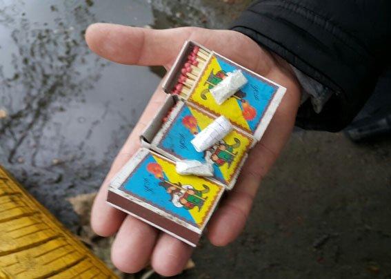 В Кременчуге наркодиллеры оставляли для «клиентов» метадон и «ширку» на клумбах (ФОТО) (фото) - фото 3