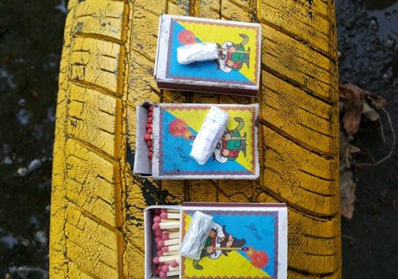 В Кременчуге наркодиллеры оставляли для «клиентов» метадон и «ширку» на клумбах (ФОТО) (фото) - фото 1