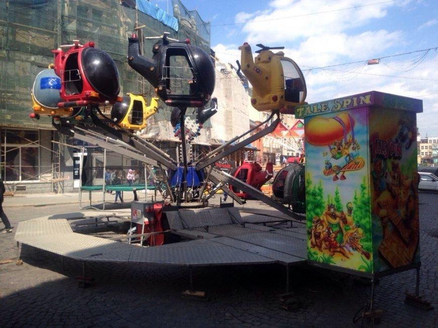 На площі Петефі неможливо пройти через нові атракціони (Фото) (фото) - фото 1