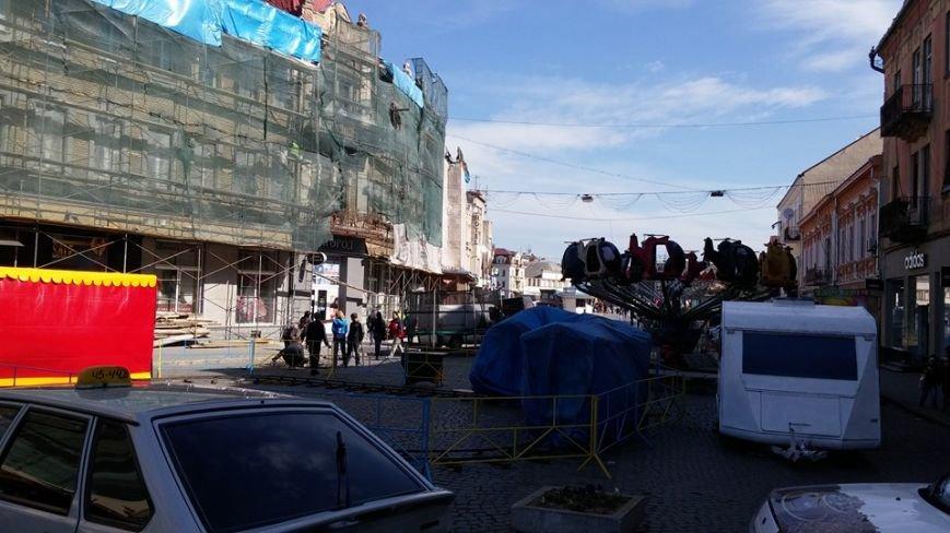 На площі Петефі неможливо пройти через нові атракціони (Фото) (фото) - фото 2
