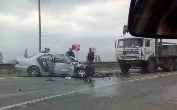На трассе М-4 «Дон» в районе «Меги» Mercedes-Benz врезался в «КамАЗ» (фото) - фото 1
