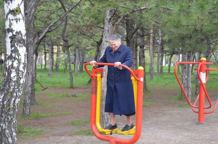 В Мариуполе пенсионеры оказались самыми активными посетителями тренажеров в парках (ФОТО+ВИДЕО), фото-3