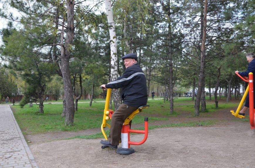 В Мариуполе пенсионеры оказались самыми активными посетителями тренажеров в парках (ФОТО+ВИДЕО), фото-1