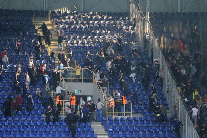 На матче «Днепр» - «Металлист» подрались фанаты: как это было (ФОТО, ВИДЕО) (фото) - фото 1