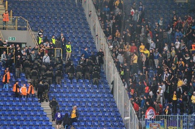 На матче «Днепр» - «Металлист» подрались фанаты: как это было (ФОТО, ВИДЕО) (фото) - фото 3