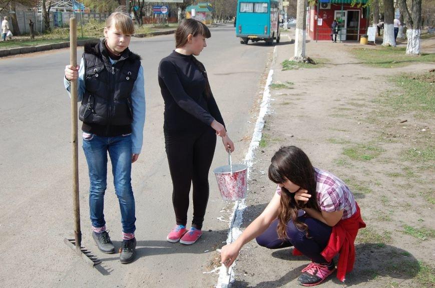 В Первомайске школьники и активисты провели субботник и высадку деревьев (фото) (фото) - фото 1