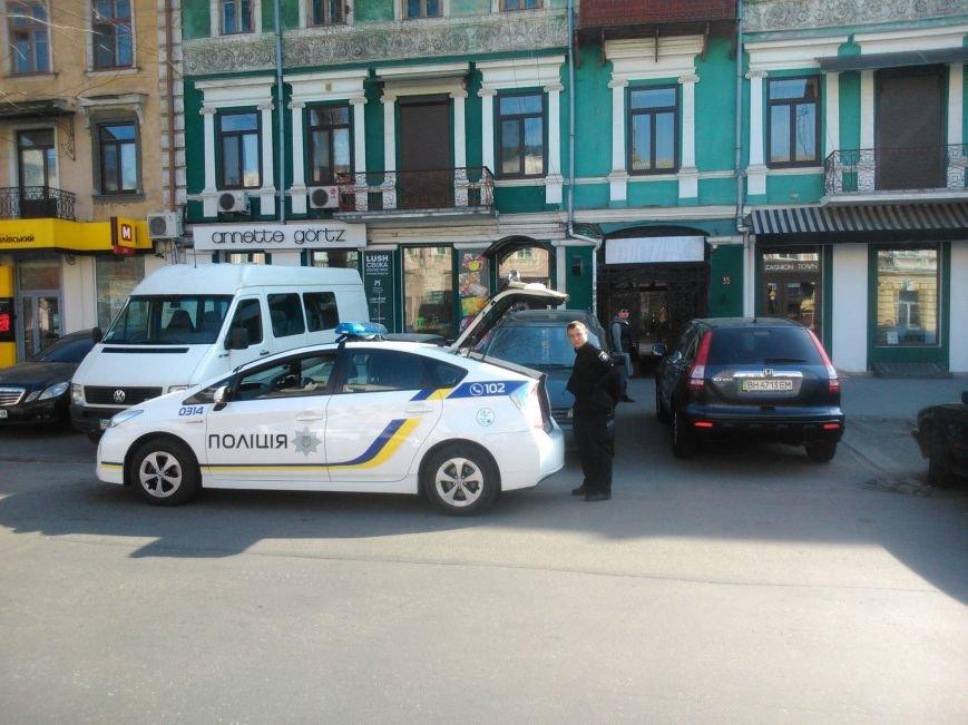 """1876e1737d4673c3b9c31ad3fe17a635 Активисты """"Дорожного контроля"""" собрали коллекцию нарушений полицейскими в Одессе правил парковки"""