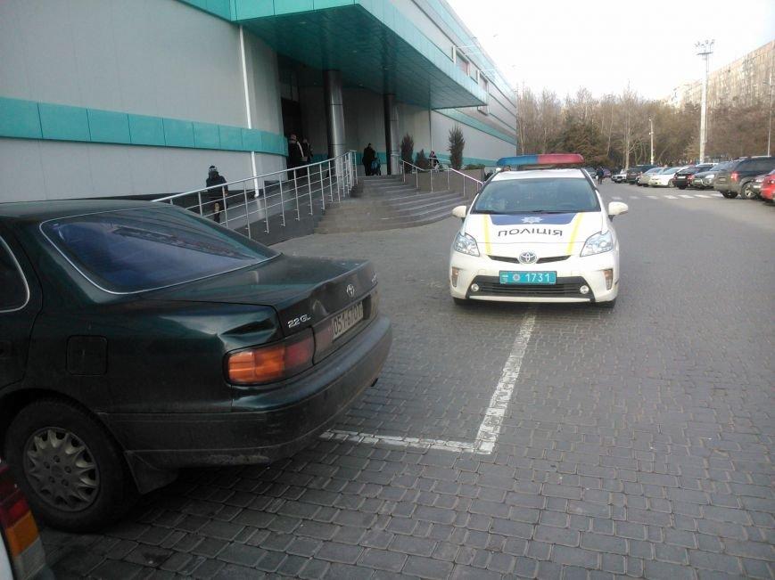 """3d5d93d7edc47e94e75b7e0b4099f645 Активисты """"Дорожного контроля"""" собрали коллекцию нарушений полицейскими в Одессе правил парковки"""