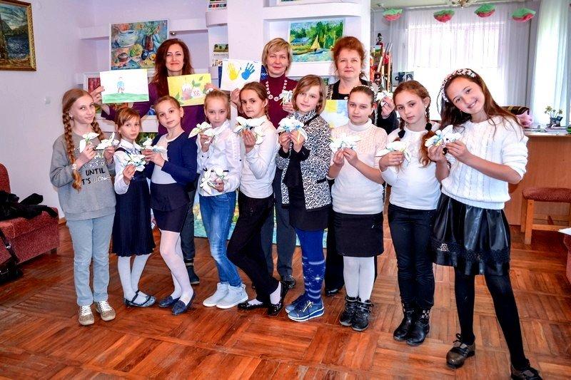 Куклы-мотанки в виде белоснежных ангелов от херсонских школьников отправят в зону АТО (фото) (фото) - фото 2