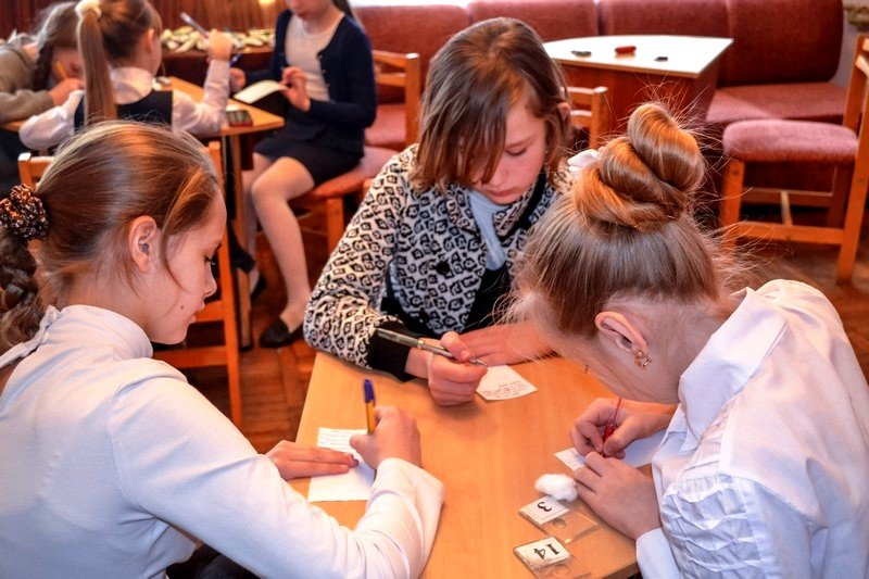 Куклы-мотанки в виде белоснежных ангелов от херсонских школьников отправят в зону АТО (фото) (фото) - фото 1