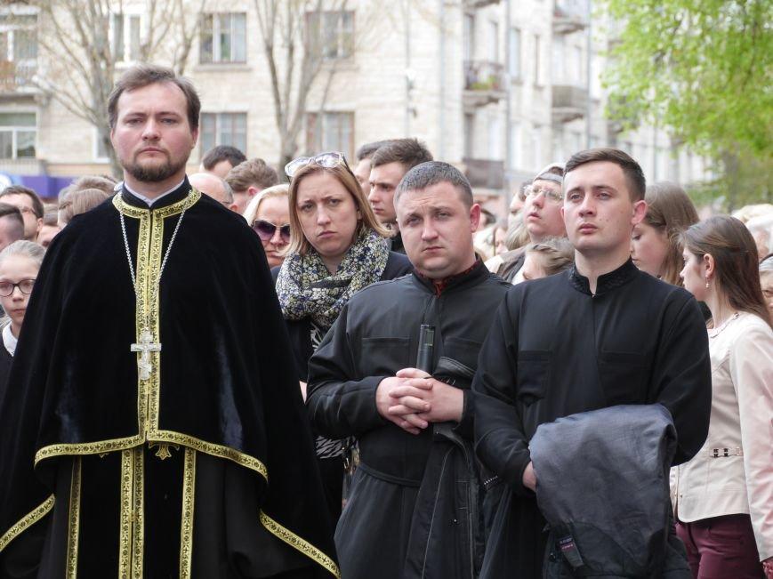 Розпочалася Хресна хода: у Тернополі тисячі вірян йдуть центральними вулицями міста (ФОТОРЕПОРТАЖ) (фото) - фото 6