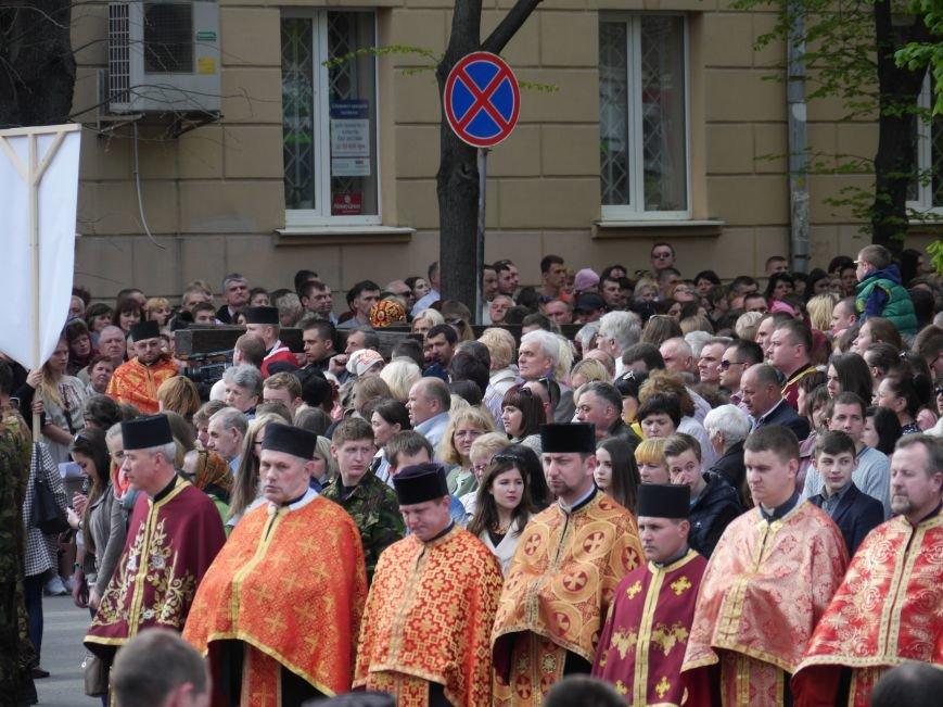Розпочалася Хресна хода: у Тернополі тисячі вірян йдуть центральними вулицями міста (ФОТОРЕПОРТАЖ) (фото) - фото 2