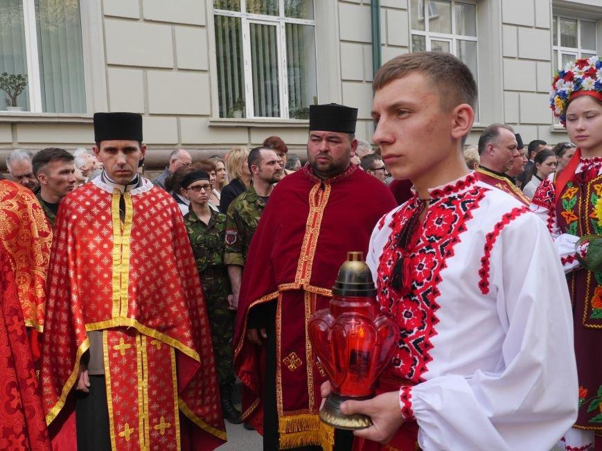 Розпочалася Хресна хода: у Тернополі тисячі вірян йдуть центральними вулицями міста (ФОТОРЕПОРТАЖ) (фото) - фото 4