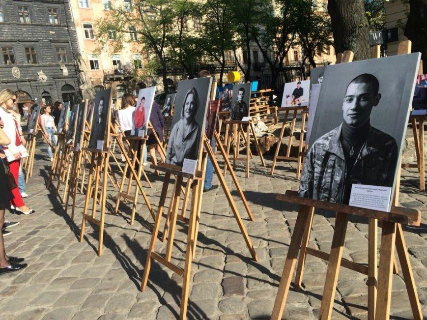 У Львові просто неба показали виставку