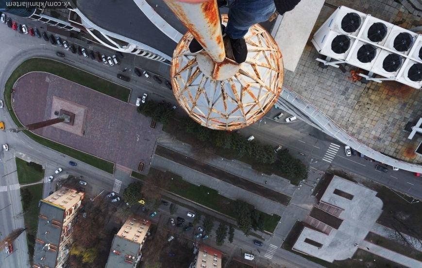Парень забрался на шпиль огромного жилого комплекса в Днепропетровске (ФОТО и ВИДЕО) (фото) - фото 2