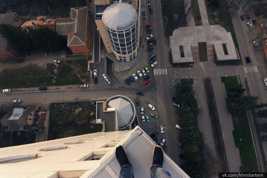 Парень забрался на шпиль огромного жилого комплекса в Днепропетровске (ФОТО и ВИДЕО) (фото) - фото 1
