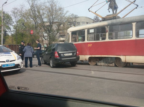 В центре Харькова трамвай протаранил иномарку (ФОТО) (фото) - фото 1