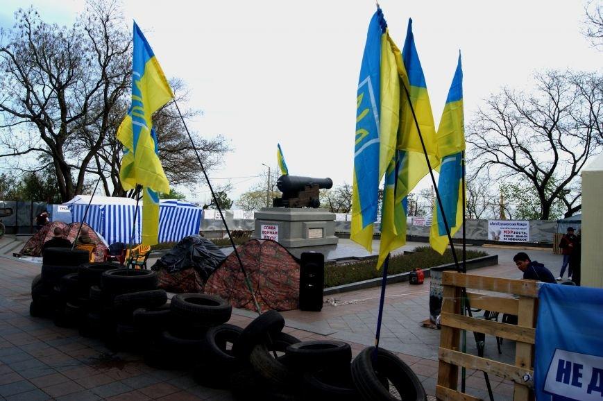 Перед мэрией Одессы водрузили виселицу и повешали чучело (ФОТО) (фото) - фото 1