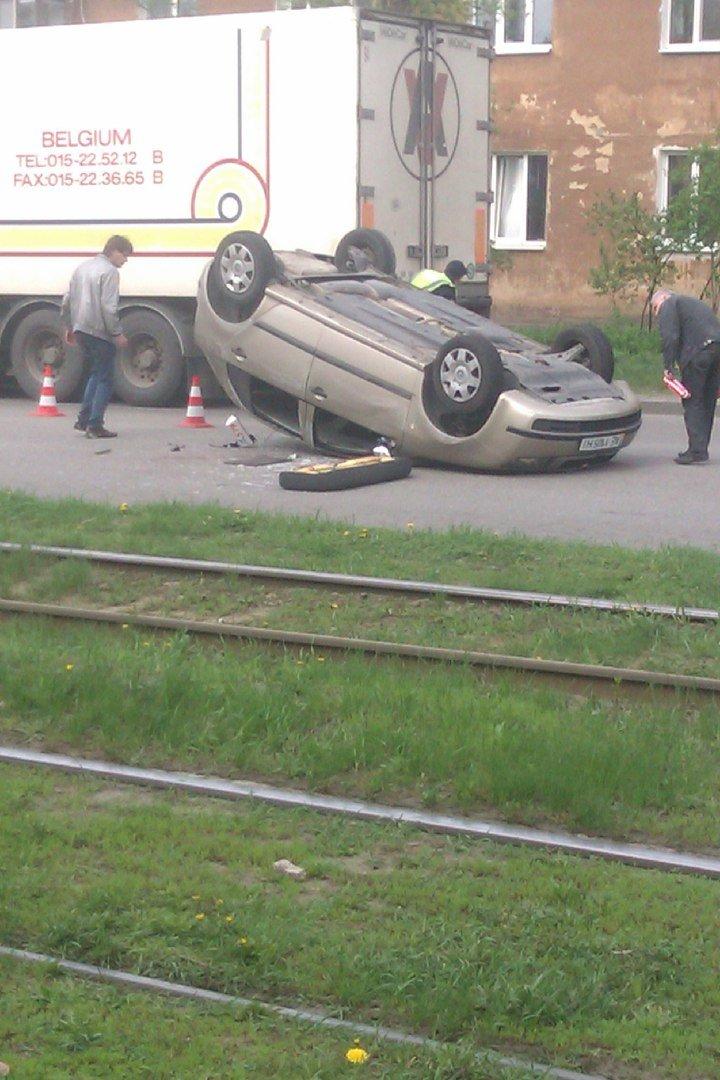 ДТП на улице Макарова: перевернулся автомобиль, а виновник аварии скрылся с места событий (ФОТО) (фото) - фото 3