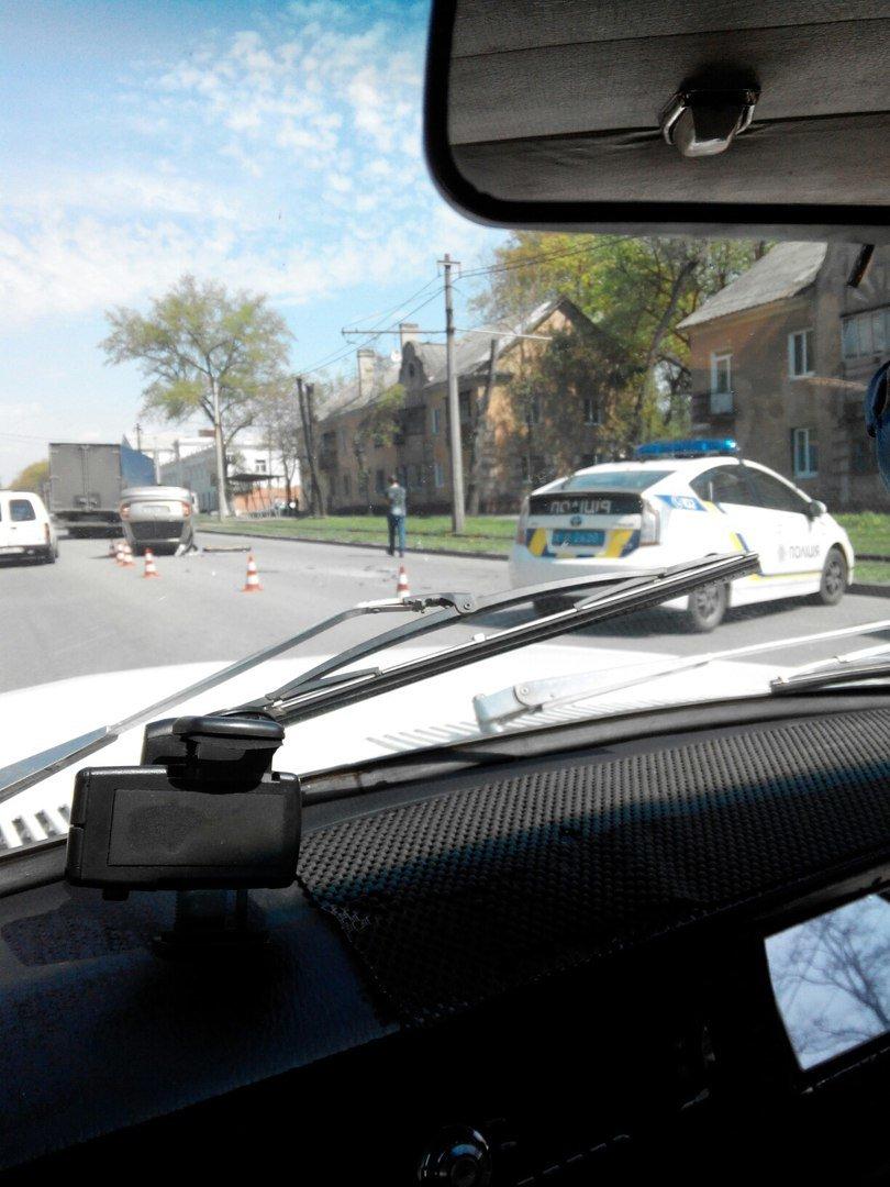 ДТП на улице Макарова: перевернулся автомобиль, а виновник аварии скрылся с места событий (ФОТО) (фото) - фото 2