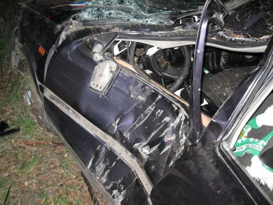 ДТП на Львівщині: автівка зіткнулася із деревом, загинуло двоє людей (ФОТО) (фото) - фото 1