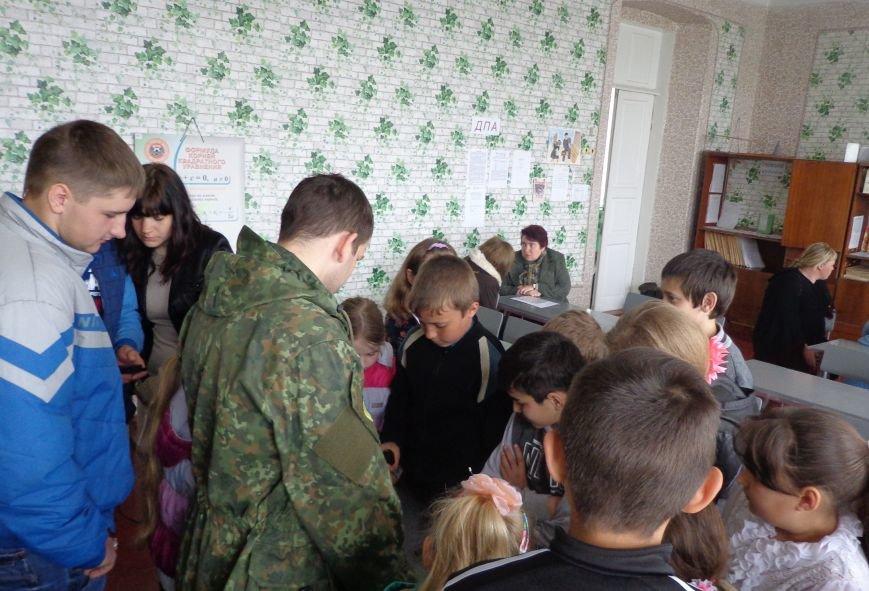 Детям из прифронтовых школ рассказали о правилах поведения с найденными боеприпасами (фото) - фото 1